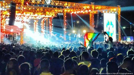 Mashrou Leila playing to Cairo crowd, rainbow flag visible (picture-alliance/dpa/B.Schwinghammer)